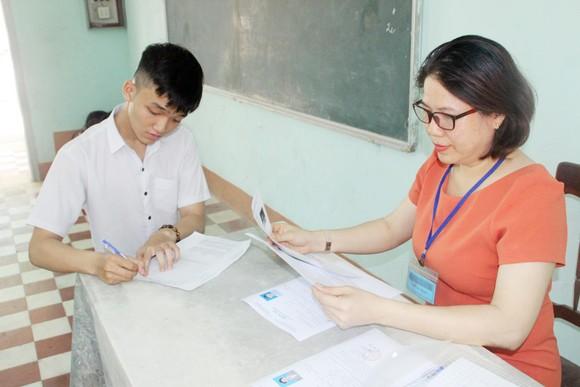 Kỳ thi THPT Quốc gia năm 2019: Thí sinh đến các điểm thi làm thủ tục dự thi ảnh 13