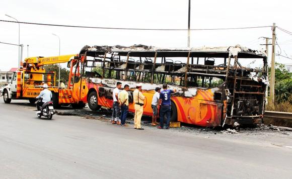 Xe khách bốc cháy dữ dội, 40 hành khách thoát nạn trong gang tấc ảnh 3
