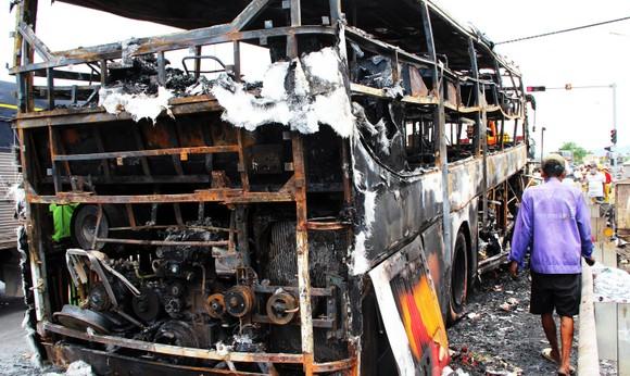 Xe khách bốc cháy dữ dội, 40 hành khách thoát nạn trong gang tấc ảnh 4