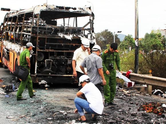Xe khách bốc cháy dữ dội, 40 hành khách thoát nạn trong gang tấc ảnh 2