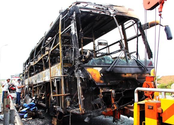 Xe khách bốc cháy dữ dội, 40 hành khách thoát nạn trong gang tấc ảnh 1