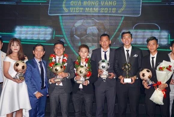 Trực tiếp Gala Trao giải QBV Việt Nam 2018: Tuyết Dung đoạt Quả bóng vàng nữ ảnh 1