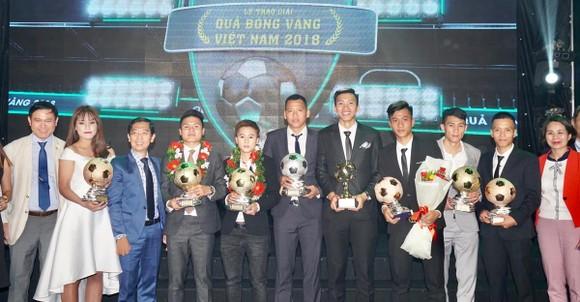 Trực tiếp Gala Trao giải QBV Việt Nam 2018: Tuyết Dung đoạt Quả bóng vàng nữ ảnh 2