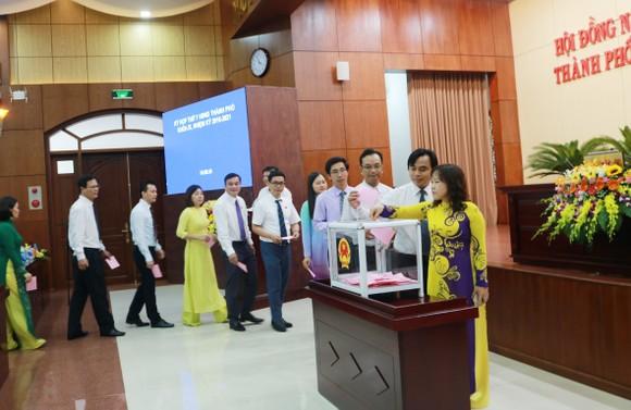 Các đại biểu tiến hành bỏ phiếu