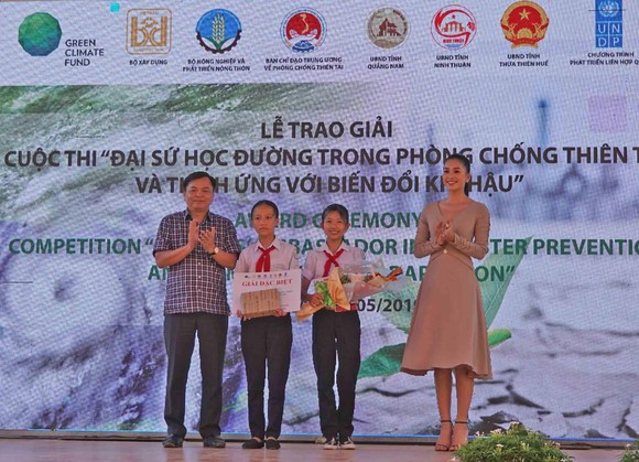 """Trao giải Cuộc thi """"Đại sứ học đường trong phòng, chống thiên tai và thích ứng biến đổi khí hậu 2019"""" ảnh 1"""