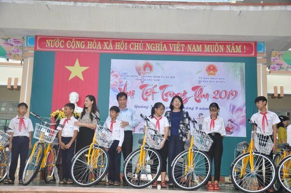 Thủ tướng Chính phủ trao quà cho 300 trẻ có hoàn cảnh đặc biệt khó khăn tại Quảng nam ảnh 3