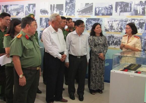Các đại biểu tham quan tại triển lãm. Ảnh: ĐĂNG NGUYÊN