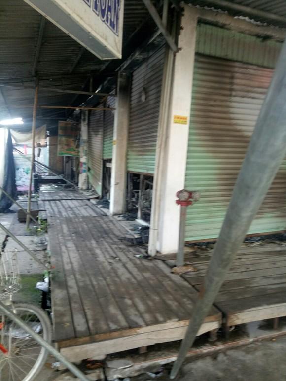 Khu nhà lồng chợ bị thiêu rụi trong đêm ảnh 2
