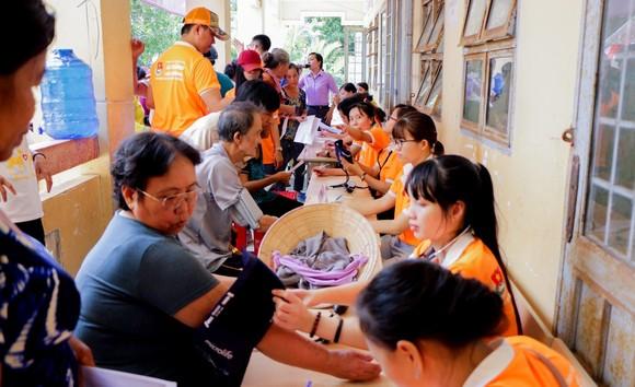 """Mang """"Áo trắng đến trường"""" cho 600 học sinh nghèo Cù Lao Dung, Sóc Trăng ảnh 5"""