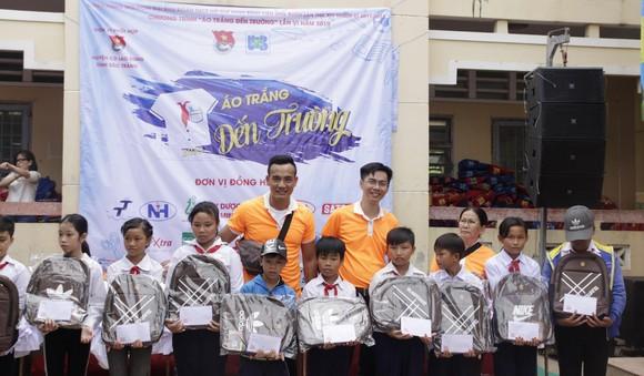 """Mang """"Áo trắng đến trường"""" cho 600 học sinh nghèo Cù Lao Dung, Sóc Trăng ảnh 2"""