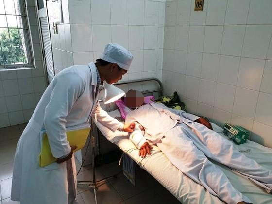 Bệnh nhân N. được các bác sĩ chăm sóc sau khi nối mạch máu thành công
