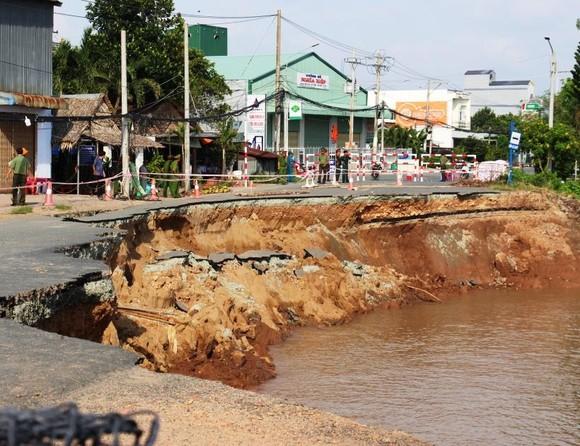 Phó Thủ tướng Trương Hòa Bình khảo sát tình hình sạt lở Quốc lộ 91 ảnh 2