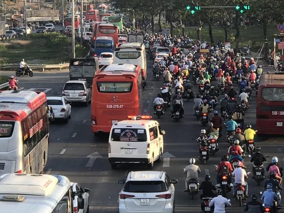 Người dân tấp nập về lại thành phố sau kỳ nghỉ lễ ảnh 5