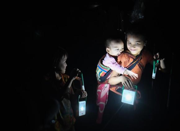 Trong đêm tối, chiếc đèn năng lượng mặt trởi trở nên lung linh