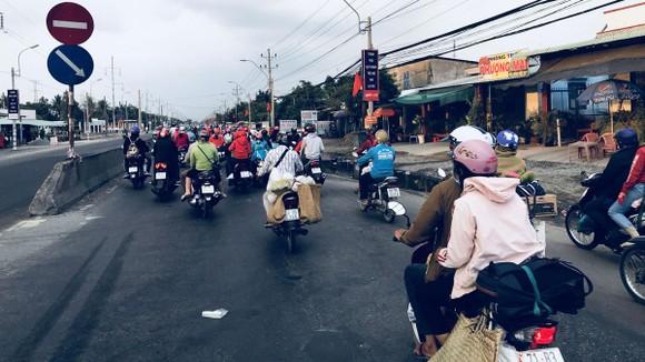 Những chiếc xe máy của sinh viên từ miền Tây trở về TPHCM học tập chở theo thực phẩm của nhà