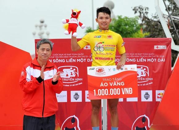 Huỳnh Thanh Tùng tặng quà cưới cho vợ bằng chiến thắng ở Cúp xe đạp Truyền hình TPHCM ảnh 1