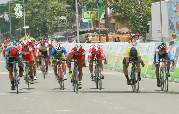 Giải xe đạp ĐBSCL: Áo vàng Jordan Parra tiếp tục thống trị về nước rút ảnh 2