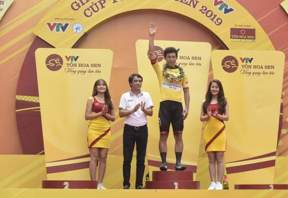 Tay đua IM Jaeyeon đang tạm mặc áo vàng.