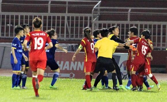 Các cầu thủ tham gia ẩu đả sau trận TPHCM I - TKS.Việt Nam. Ảnh: NGUYỄN HOÀNG
