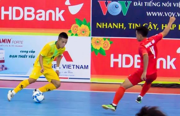 Cao Bằng (áo vàng) với lực lượng chủ yếu là cầu thủ U20. Ảnh: Anh Trần