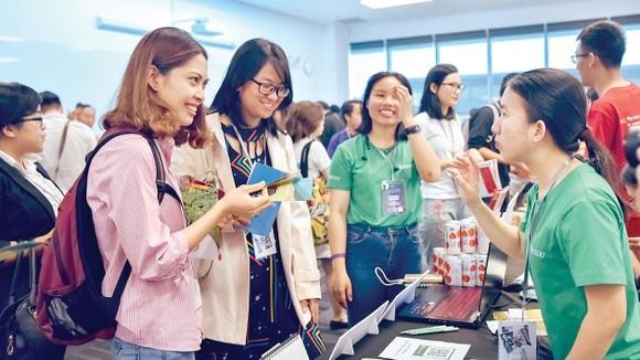 Các bạn trẻ tìm hiểu mô hình kinh doanh tại Diễn đàn Doanh nghiệp tạo tác động xã hội
