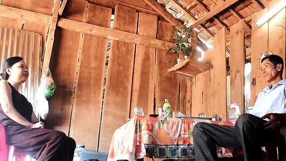 Ba mẹ em Ngô Tuệ Tâm sống trong căn nhà tuềnh toàng giữa núi rừng nhưng vẫn cố gắng chất chiu nuôi 2 con học đại học