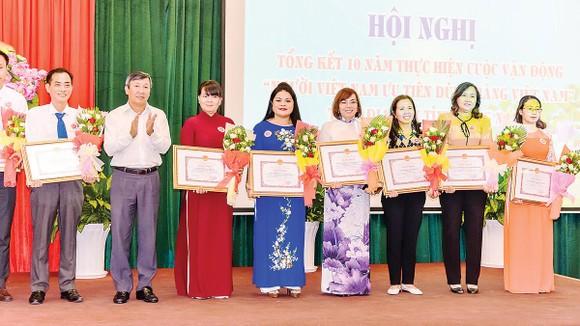 Bà Nguyễn Thu Thủy (áo xanh) - PGĐ phòng Đối Ngoại Vedan vinh dự nhận bằng khen của UBND tỉnh Đồng Nai