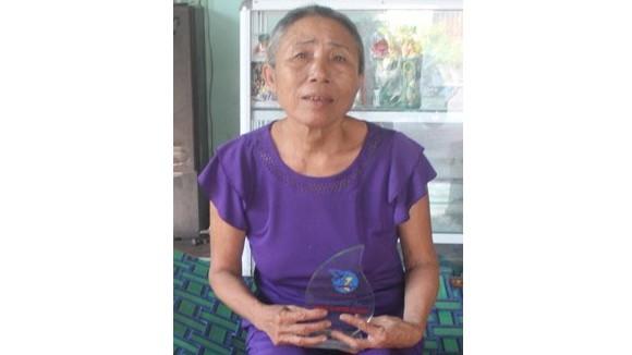 Bà Lựucẩn thận lưu giữ Kỷ niệm chương do UBND quận Ngũ Hành Sơntặngtrong Chương trình vinh danh gương phụ nữ sống đẹp năm 2017
