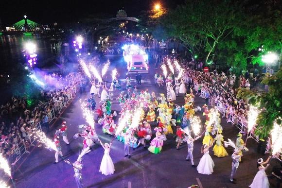 """Carival đường phố DIFF 2019: Đà Nẵng """"vui không khoảng cách"""" tối 16-6 ảnh 10"""