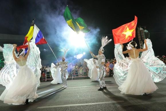 """Carival đường phố DIFF 2019: Đà Nẵng """"vui không khoảng cách"""" tối 16-6 ảnh 2"""