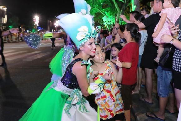 """Carival đường phố DIFF 2019: Đà Nẵng """"vui không khoảng cách"""" tối 16-6 ảnh 6"""