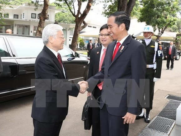 Indonesian President Joko Widodo (R) welcomes Party General Secretary Nguyen Phu Trong on August 23 (Photo: VNA)