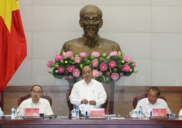 Prime Minister Nguyen Xuan Phuc (middle)
