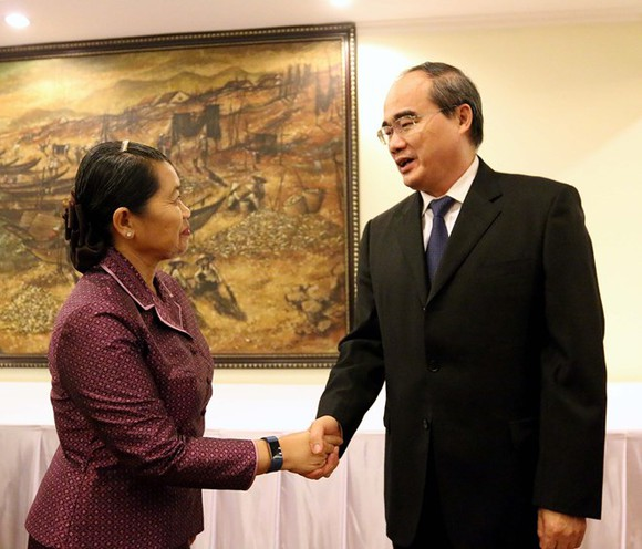 Secretary of the HCM City Party Committee Nguyen Thien Nhan (R) welcomes Cambodian Deputy Prime Minister Men Sam An, who is also head of the Cambodian Women for Peace and Development Association, on September 14 (Photo: VNA)