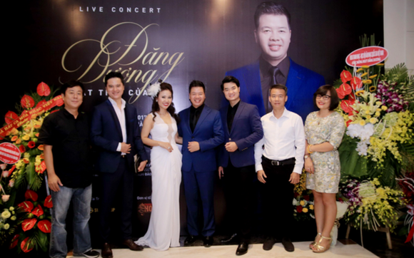 Meriotorious Artist Dang Duong and special guest performers at the press conference of the concert  (Photo: Sggp)