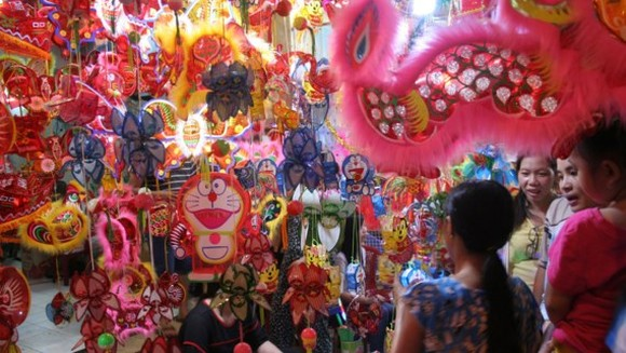 Colorful lanterns attract many children. (Photo: Sggp)