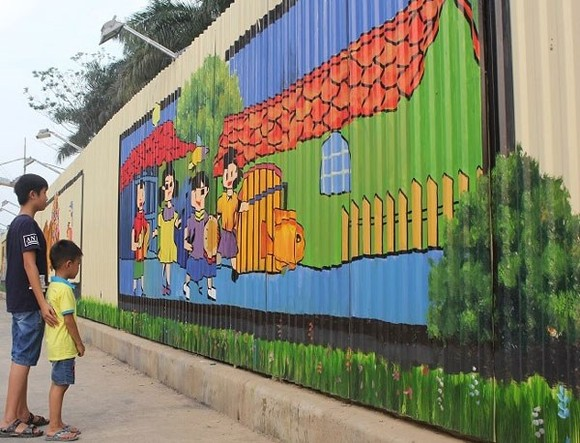 Children looks at the 3D painting located along Ho Tung Mau street in Cau Giay district, Hanoi, which has been recognised as the longest of its kind in Vietnam by the Vietnam Record Association, VietKings (Photo: hanoimoi.com.vn)