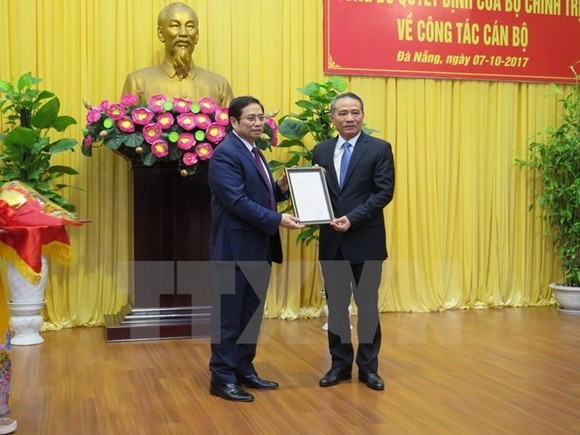 Head of the Party Central Committee's Organisation Commission Pham Minh Chinh (L) and Transport Minister Truong Quang Nghia (Source: VNA)