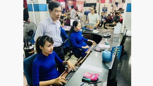 Do Van Quang, Director of the Saigon Railway Transport Joint-Stock Company, inspects a booking stall at Saigon Railway Station.
