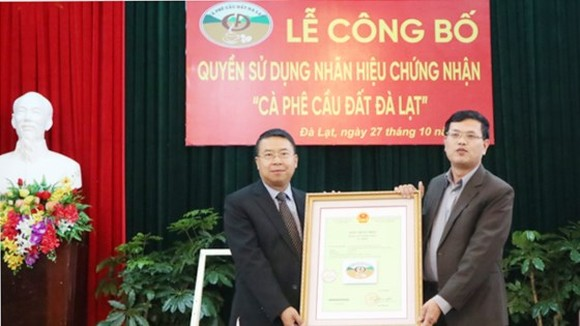"The ceremory receiving the Certificate for using the trademark ""Cau Dat-Da Lat Arabica Coffee"" (Photo: Sggp)"