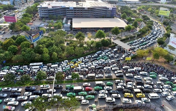 Traffic jams routinely plague the road leading to Tan Son Nhat Airport (Photo: VNA)