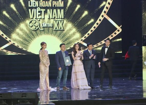 "The film Em chua 18 (I'm not 18 yet - Jailbait) receives ""Golden Lotus Award""."