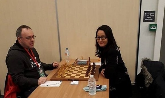Vietnamese Women's Grandmaster Vo Thi Kim Phung (R) stands at 10 at the London Chess Classic's FIDE Open category (Photo: baomoi.com)