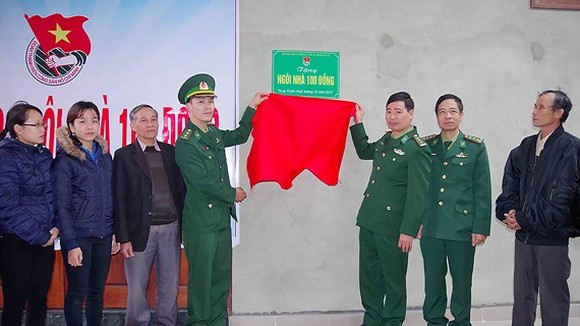 The Ho Chi Minh Communist Youth Union of the Thua Thien-Hue Provincial Border Guard High Command  presented a charity house to lieutenant Vo Van Vinh's family in Hue City. (Photo: Sggp)