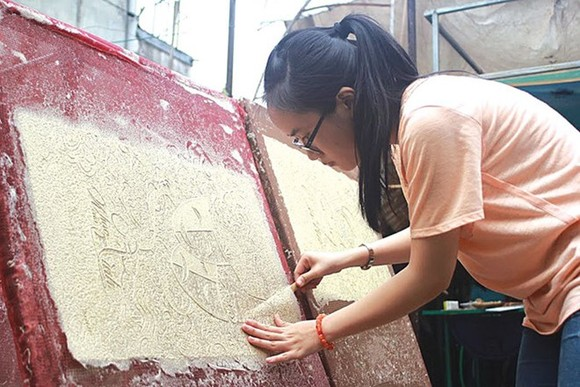 Dang Thi Bich Ngoc works on her trucchigraphic posters. Courtesy of Ngoc (Photo: courtesy of Ngoc)
