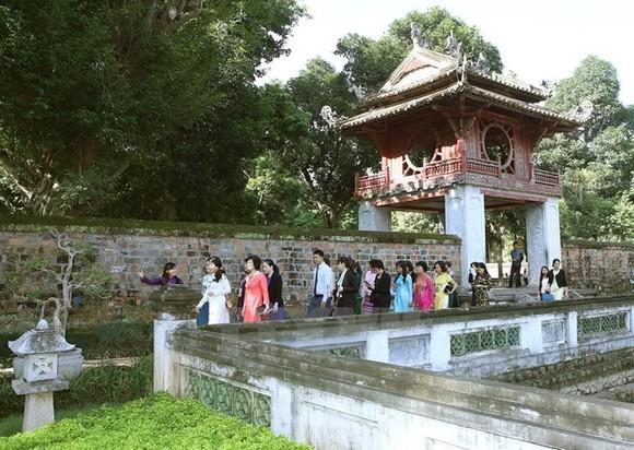 Visitors at Van Mieu - Quoc Tu Giam (Photo VNA)