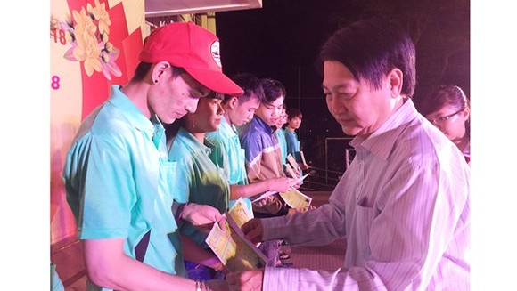 The Labor Union of Ho Chi Minh City handed over 2,326 bus tickets to workers of industrial parks. (Photo: Sggp)