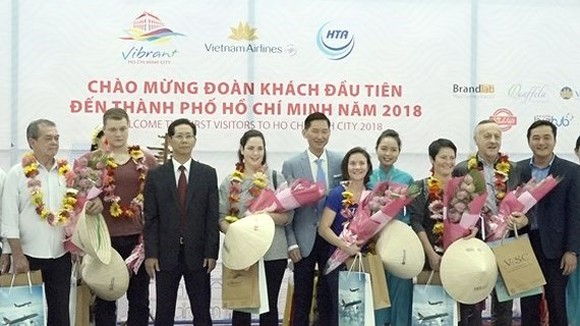 Ho Chi Minh City's leaders greet the first foreign visitors of 2018. (Photo: Sggp)