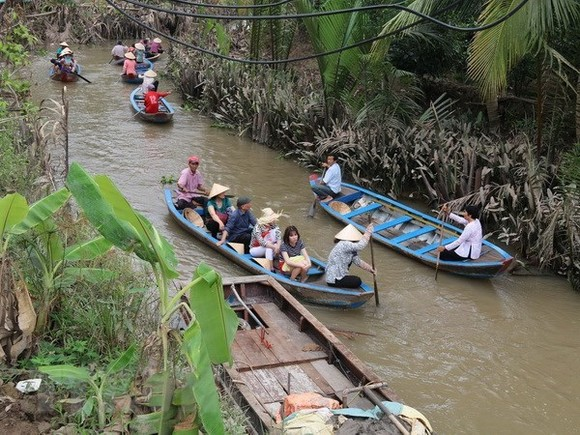 Sightseeing by boat in the Mekong Delta region (Source: VNA)