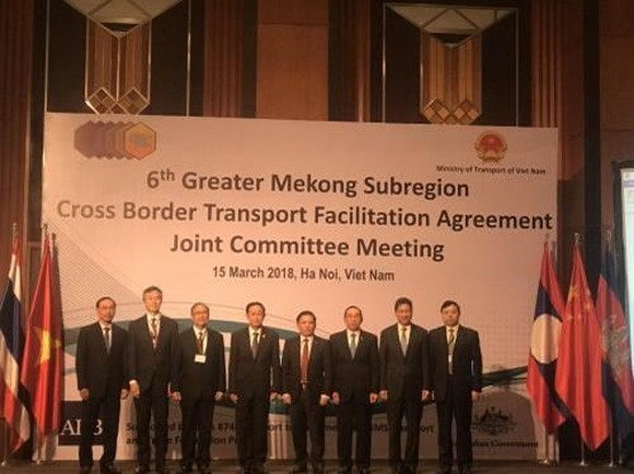 Officials attending the 6th meeting of the Joint Committee for the Greater Mekong Sub-region Cross-Border Transport Facilitation Agreement pose for a photo (Photo: VNA)